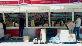 Los editores de Contexto preparando sus casetas en la Feria del Libro de Madrid.