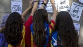 Unas adolescentes con esteladas al cuello en una foto de archivo