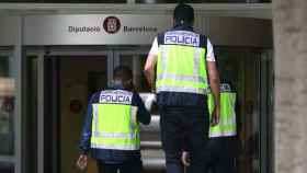Agentes de la UDEF en los registros de este jueves en la Diputación de Barcelona.