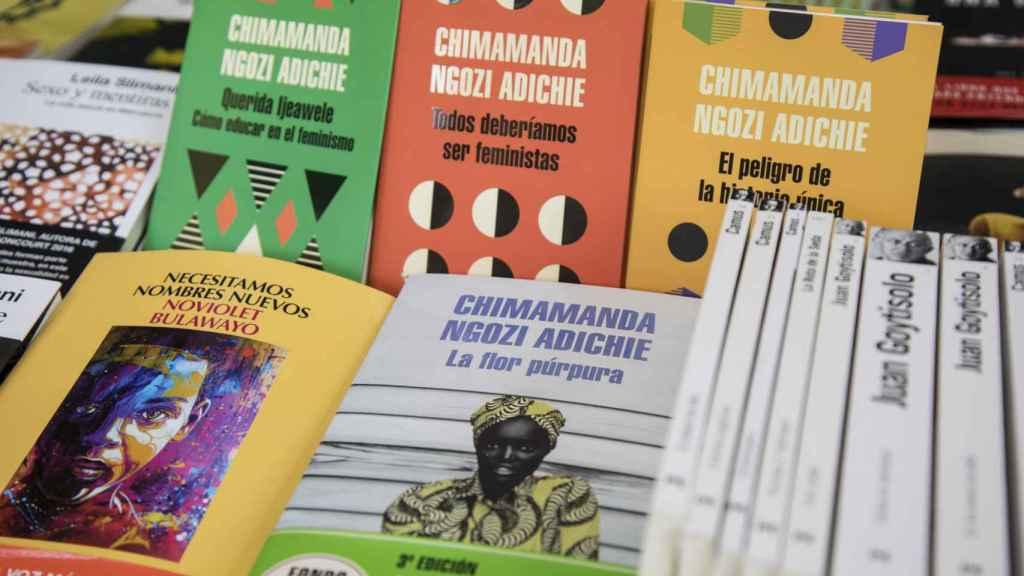 Chimamanda Ngozi Adichie, la autora más vendida en la librería Casa Árabe.