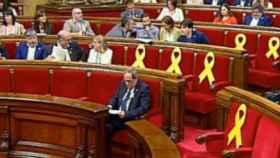 Quim Torra, sentado sin nadie alrededor en el Parlament.