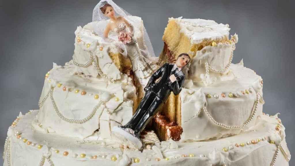 La típica tarta de boda recién cortada.