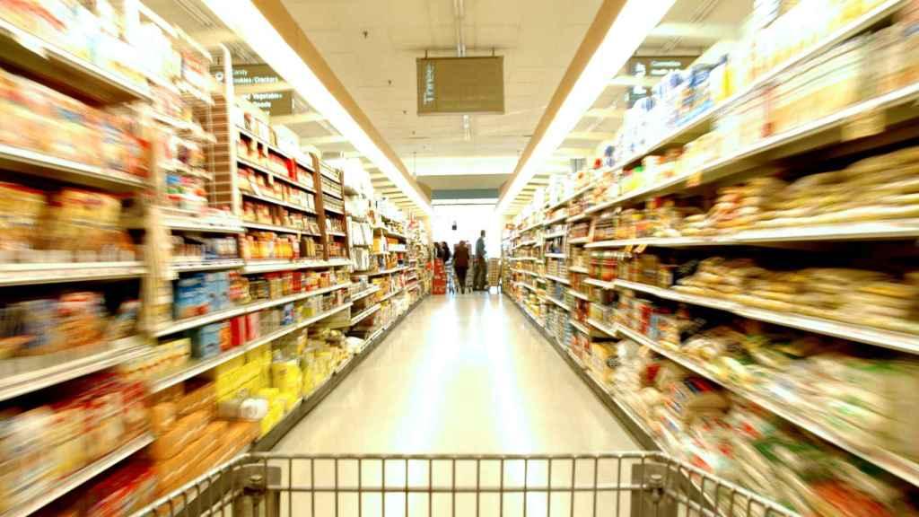 Un pasillo de un supermercado.