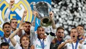 El Real Madrid levantando 'La Decimotercera'