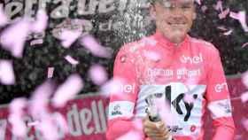 Chris Froome celebra la maglia rosa.