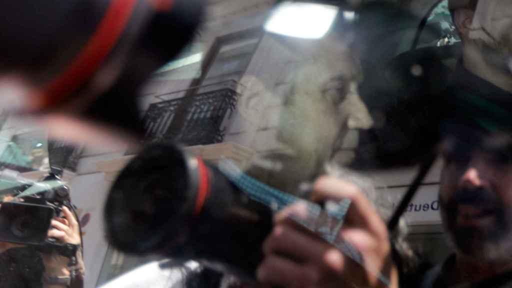 Eduardo Zaplana detenido en un coche de la Guardia Civil.