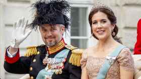 Federico de Dinamarca junto a su mujer en carruaje.