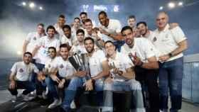 La plantilla de baloncesto posa con La Décima en el Santiago Bernabéu