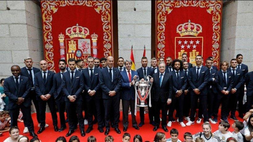 La plantilla del Real Madrid junto a Ángel Garrido