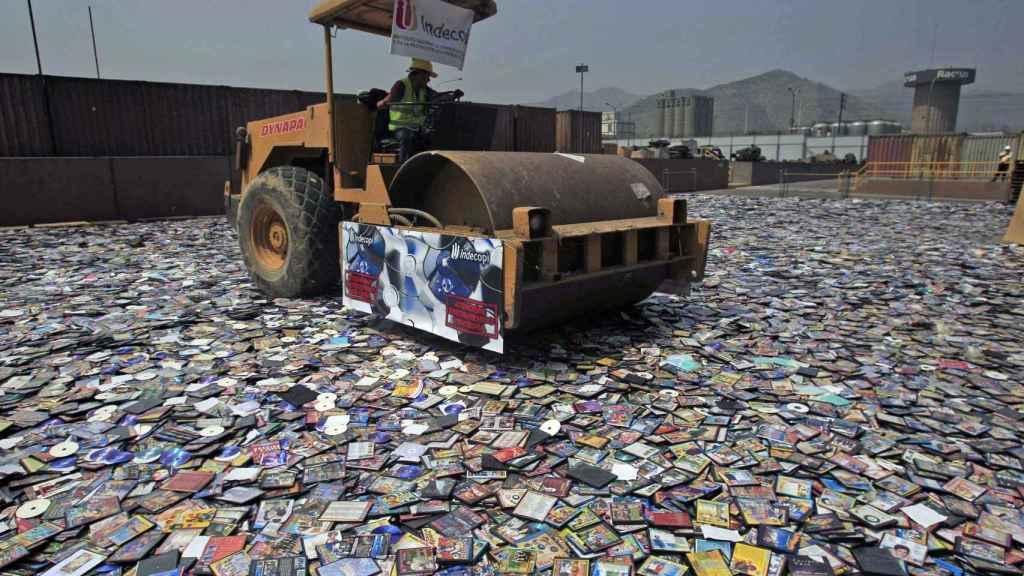 Destrucción de DVDs piratas incautados en Perú.