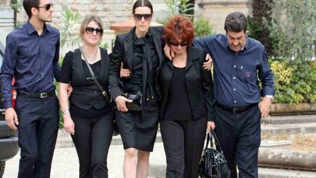 Raquel Sánchez Silva y la familia Biondo en su funeral.