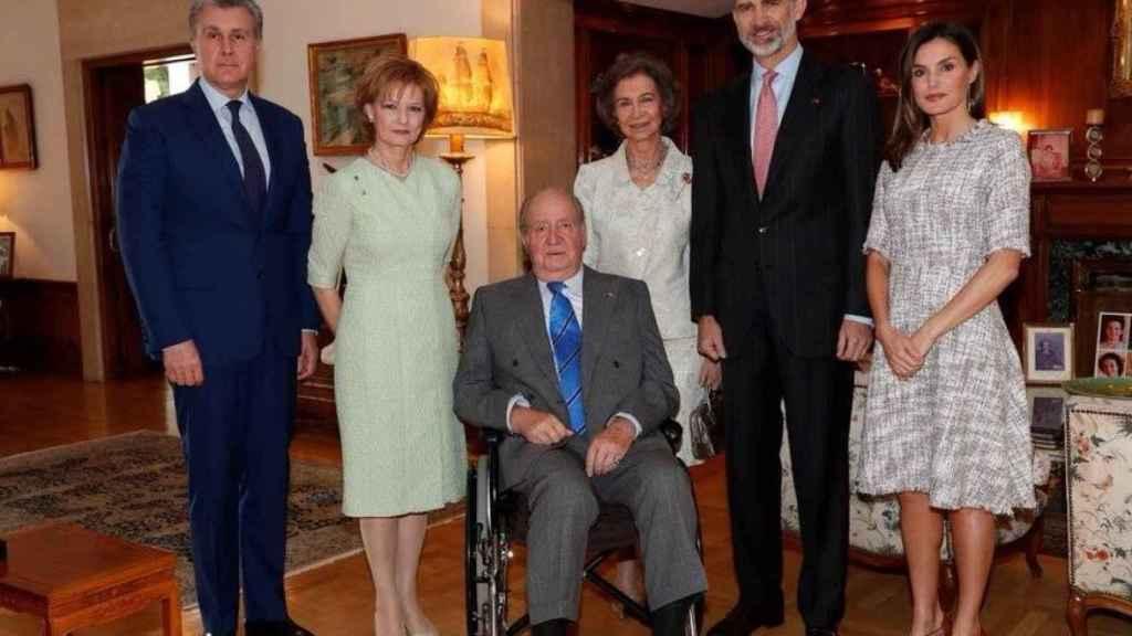 El rey Juan Carlos, en silla de ruedas en un almuerzo privado