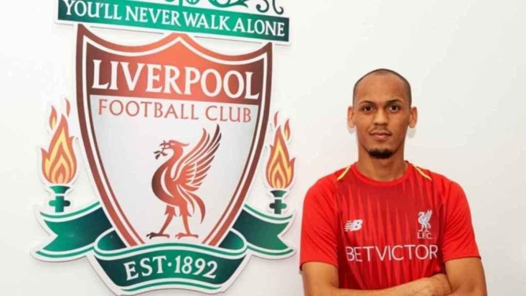 Fabinho junto al escudo del Liverpool. Foto: Twitter (@LFC)