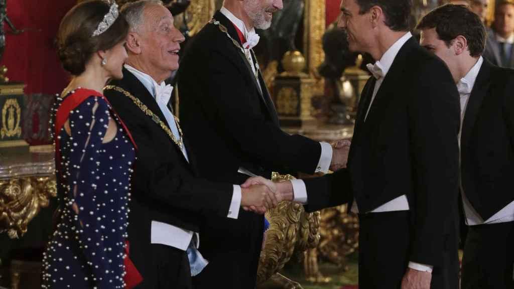 La reina Letizia sonríe ante la llegada de Pedro Sánchez.