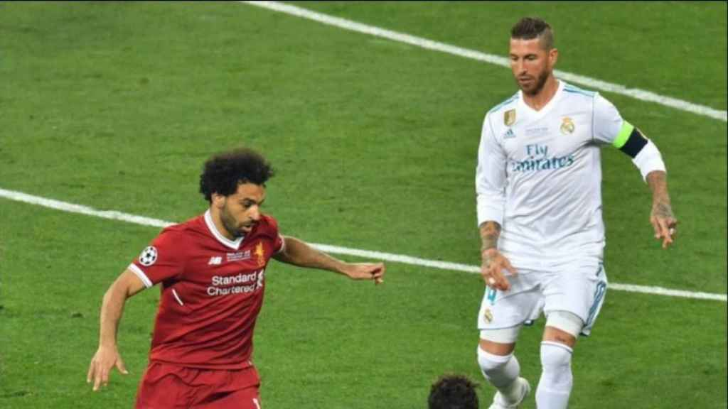 Salah y Sergio Ramos disputan un balón. Foto: Twitter (@championsleague).