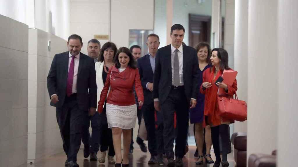 Sánchez, con la plana mayor del PSOE y los responsables parlamentarios, este martes.