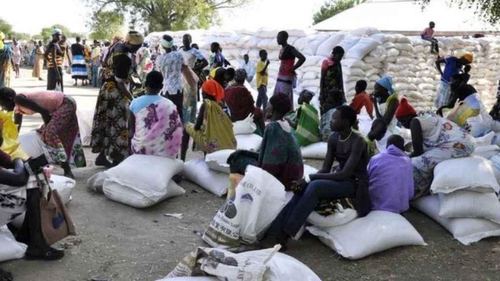 Refugiados esperando la ayuda humanitaria.
