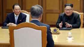 Kim Yong-un, junto a Kim Yong-chol, hablando con el presidente surcoreano.