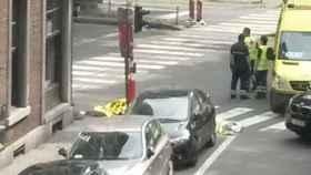 Imagen de al menos dos fallecidos en la zona en la que se ha producido el tiroteo en Lieja