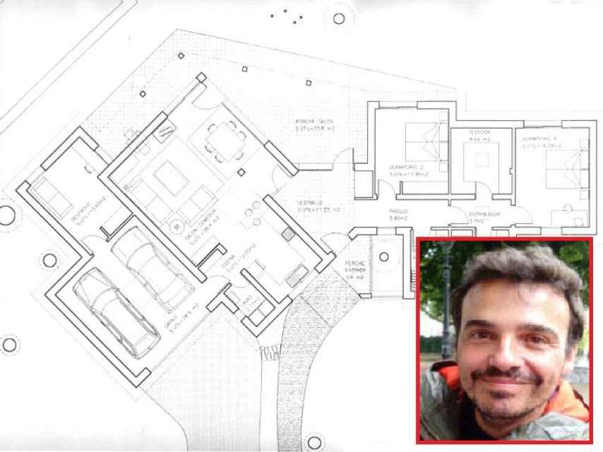El arquitecto José Ignacio Rubio y el plano de la vivienda de Galapagar.