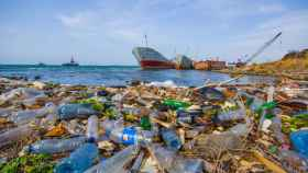 Una montaña de basura con cientos de desechos de plásticos en la playa.