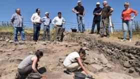 Mujeres trabajando en las excavaciones del yacimiento de Los Casares (Soria).