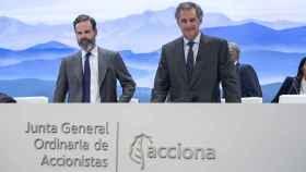 El presidente de Acciona, José Manuel Entrecanales (derecha), durante la junta de accionistas.