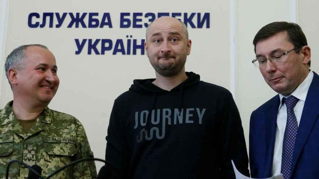 Babchenko, en el centro, durante la rueda de prensa en la que afirmó que su asesinato era un montaje.