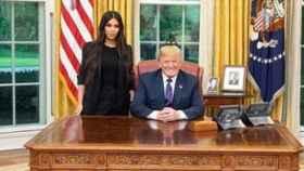 Kim Kardashian y Donald Trump en el despacho.