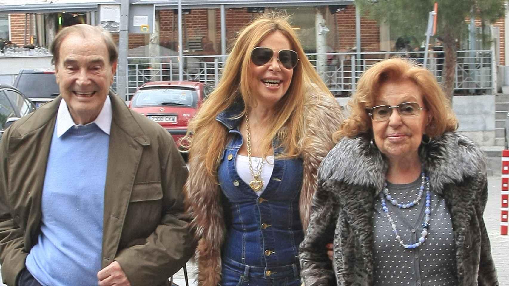 Ana Obregón junto a sus padres en imagen de archivo.