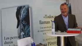 Arturo Pérez Reverte firma ejemplares de su última obra en la Feria del Libro.