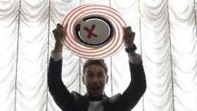 Jorge Lorenzo levanta una reproducción de su logo realizada en cristal de Murano.