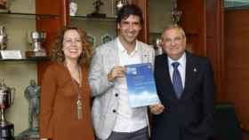 Raúl posa con su título de entrenador. Foto: rfef.es