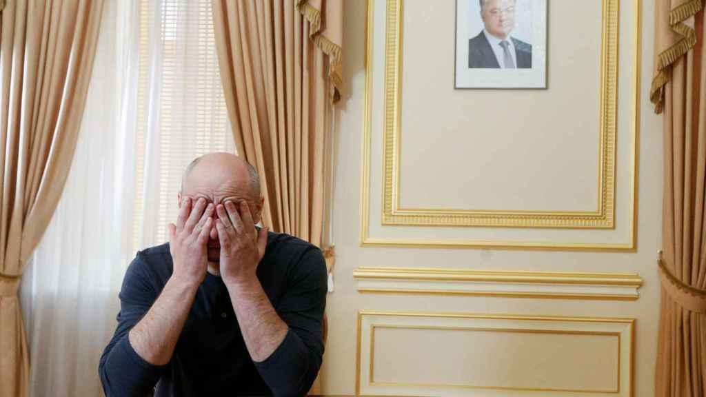 Arkady Babchenko, durante una entrevista en Kiev este jueves. Al fondo, un retrato de Petro Poroshenko, el presidente ucraniano.