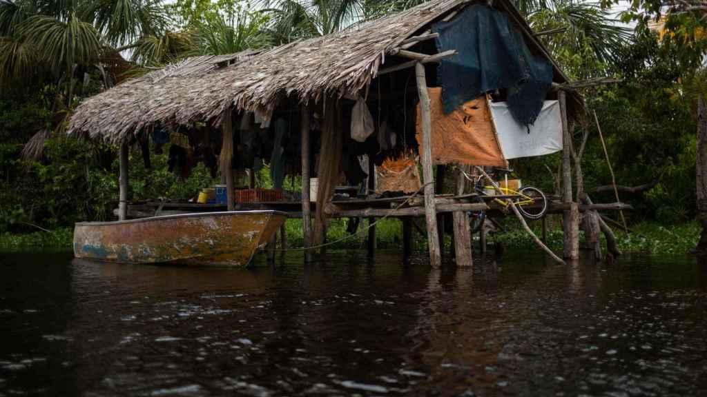 Un palafito es una precaria vivienda de madera sin paredes que se construye sobre un río.