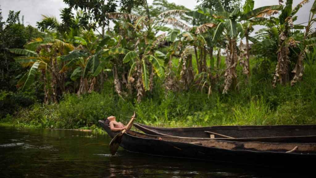Una niña warao a bordo de una curiara (pequeña embarcación) en el río Morichal.