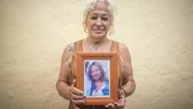 Ana Tirado sostiene un retrato de la mujer que ella piensa que es la hija que le robaron en 1972.
