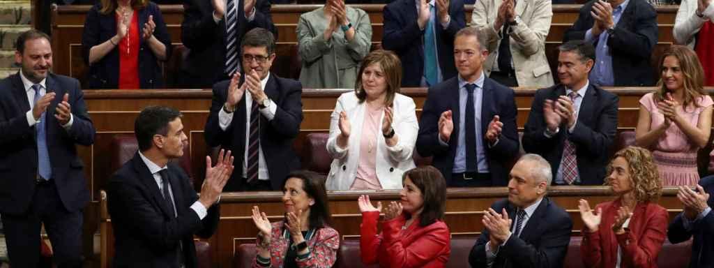 Sánchez, tras votarse sí a la moción de censura.