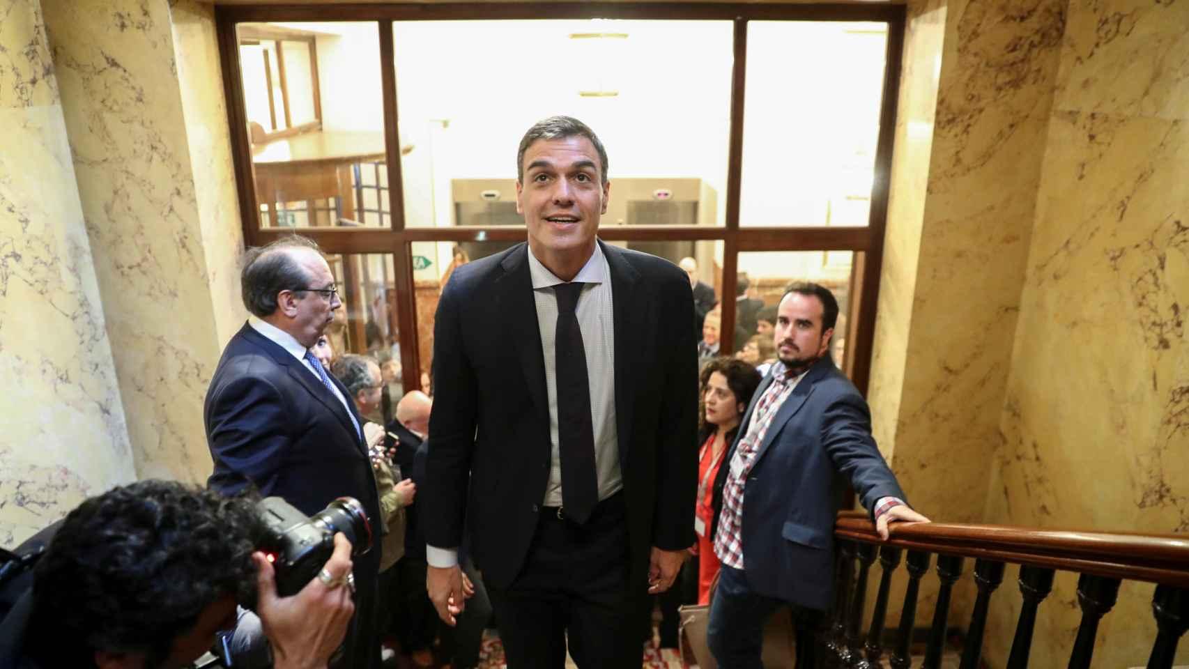 Pedro Sánchez abandona la cámara del Congreso tras la votación.