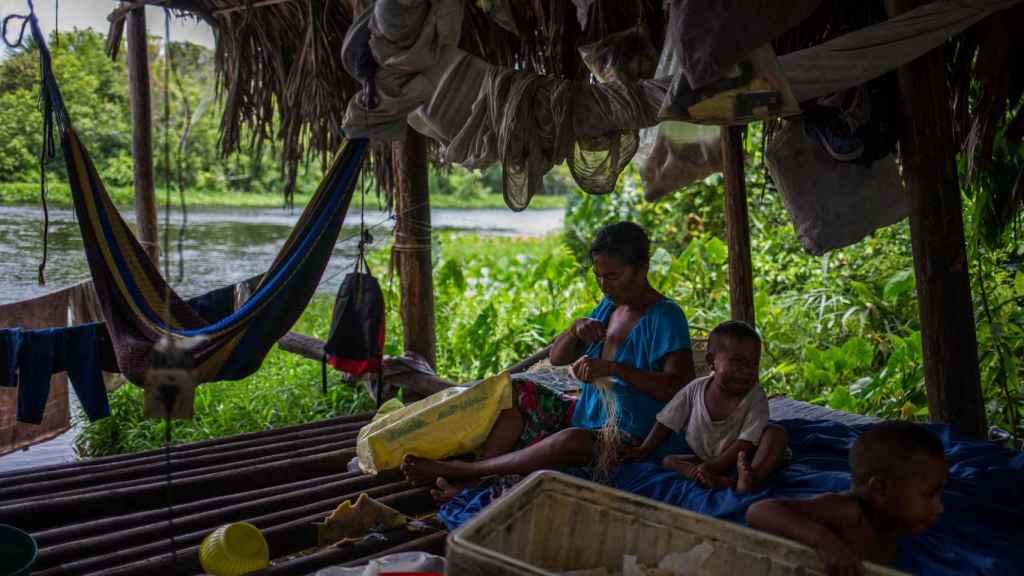 Una familia de la etnia Warao en su palafito en la ribera del río Morichal, en Maturín (Venezuela)