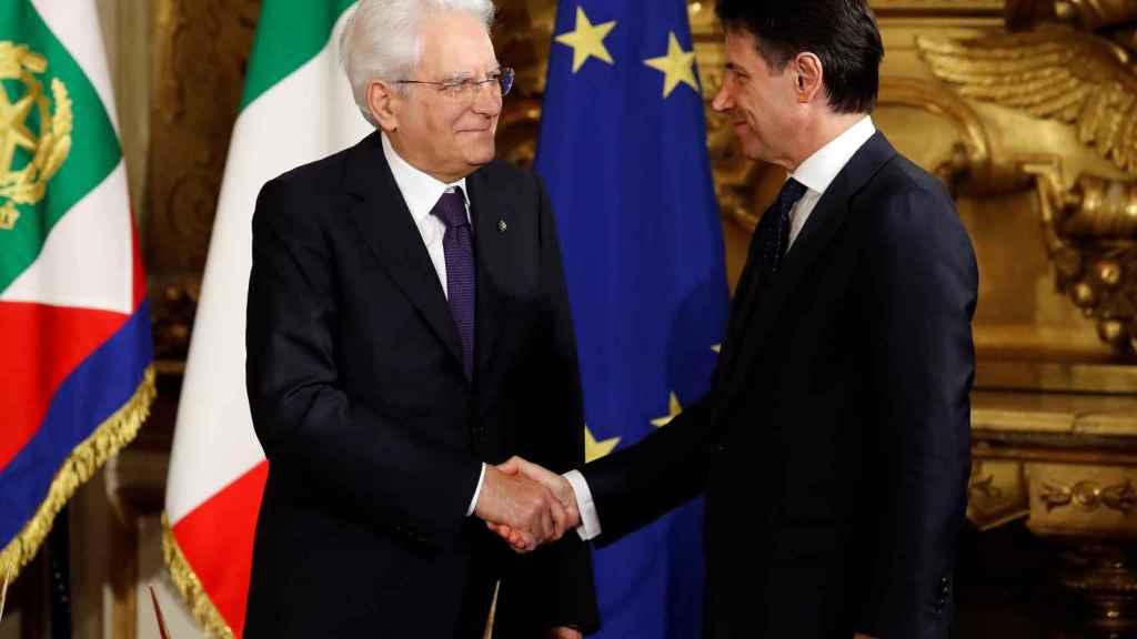 Mattarella le da la mano a Conte este viernes durante la investidura.