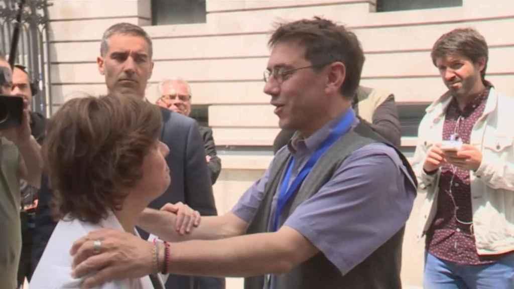 El polémico gesto de Monedero con la vicepresidenta saliente.