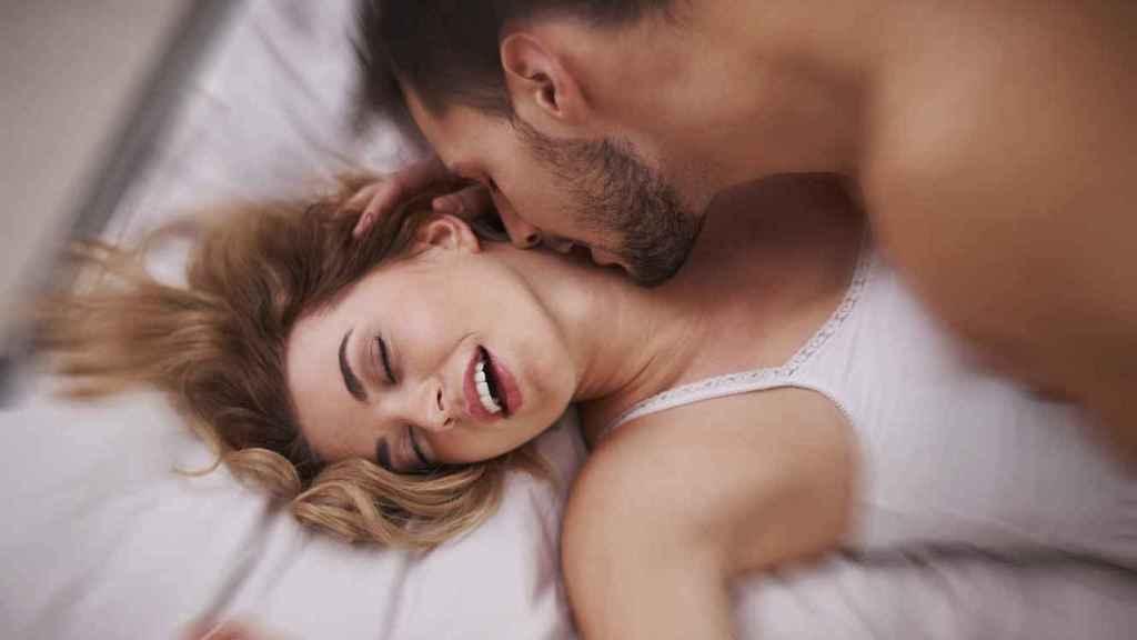 Una pareja disfrutando de una tórrida sesión de sexo.