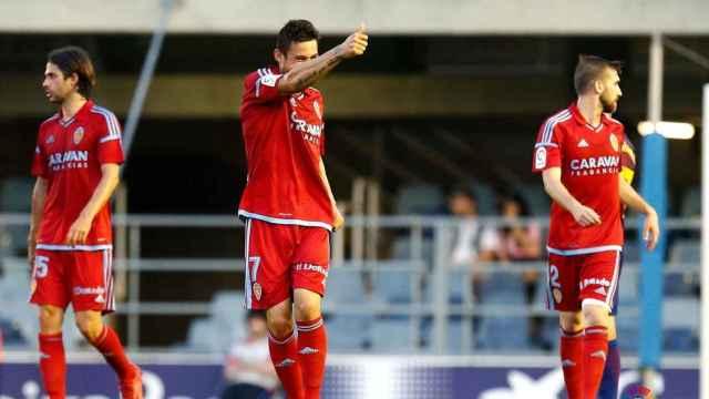 Jugadores del Real Zaragoza celebran un gol.
