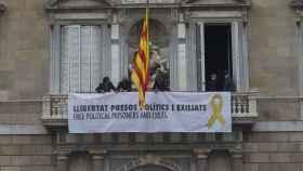 Pancarta que ha colgado en la Generalitat.