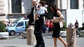 Lorenzo Fontana llega con su familia al Palacio del Quirinal.