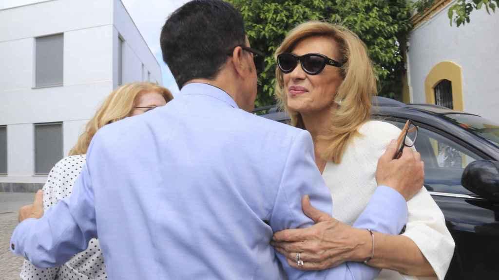 Rosa Benito saluda a José Ortega Cano.