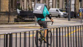 Un repartidor de Deliveroo en una imagen de archivo.