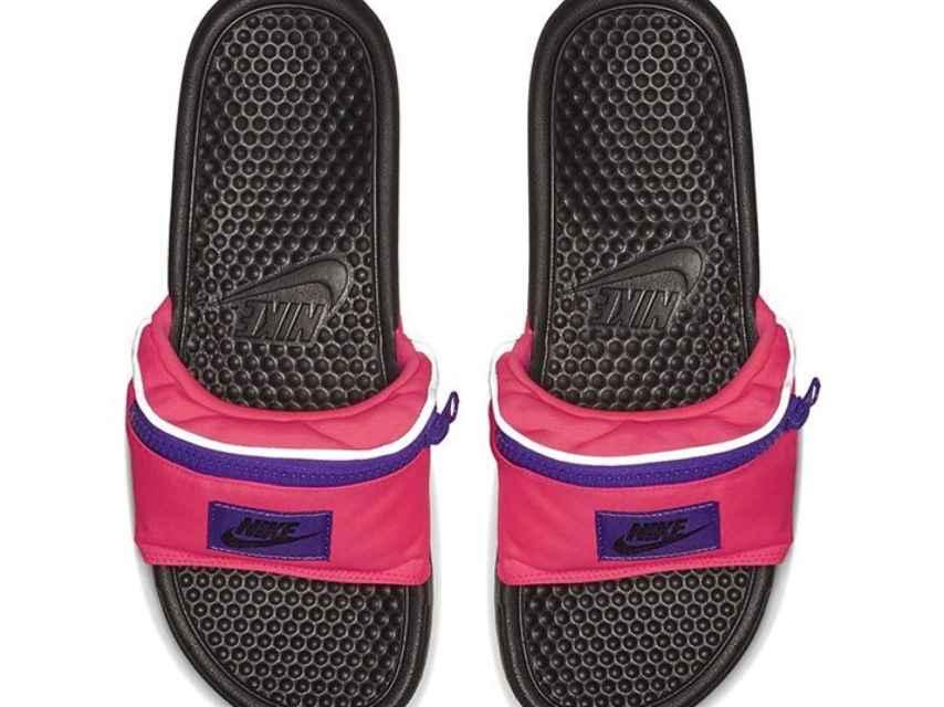 Las chanclas de Nike.