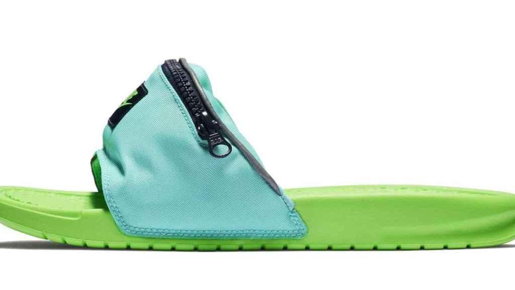 Chanclas riñonera de Nike.
